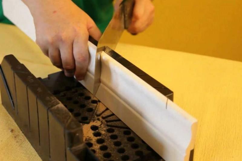 как резать напольный плинтус в углах